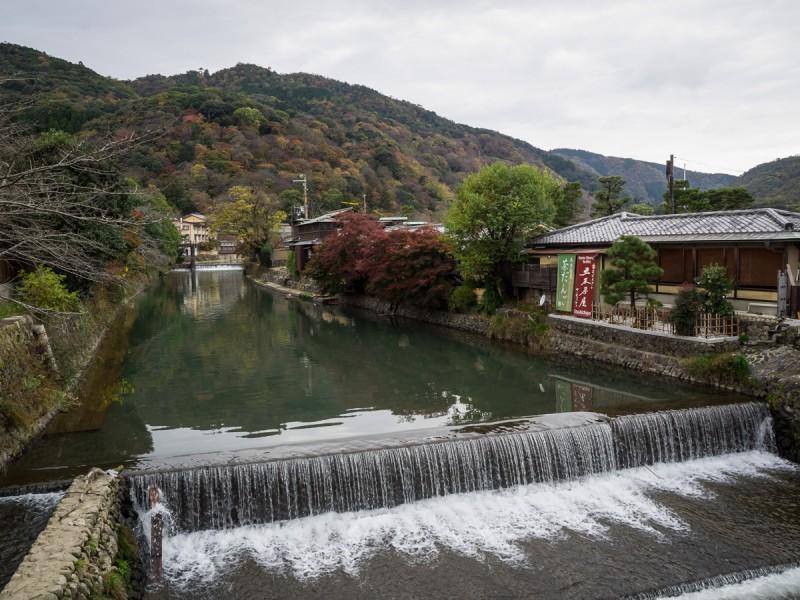 手前には川岸にある五木茶屋、向こうに見えるのが嵐山
