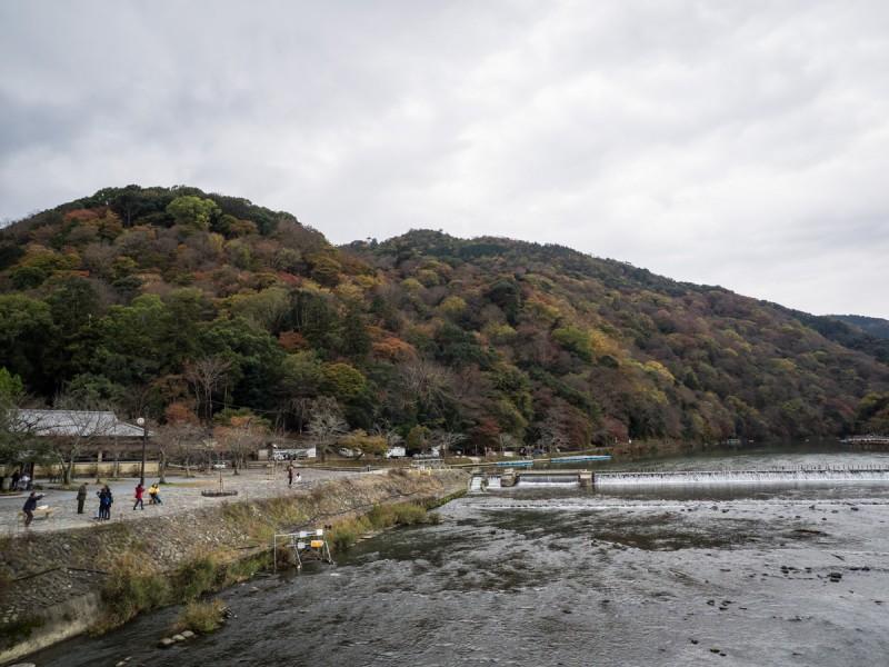 桂川と紅葉の時期の嵐山