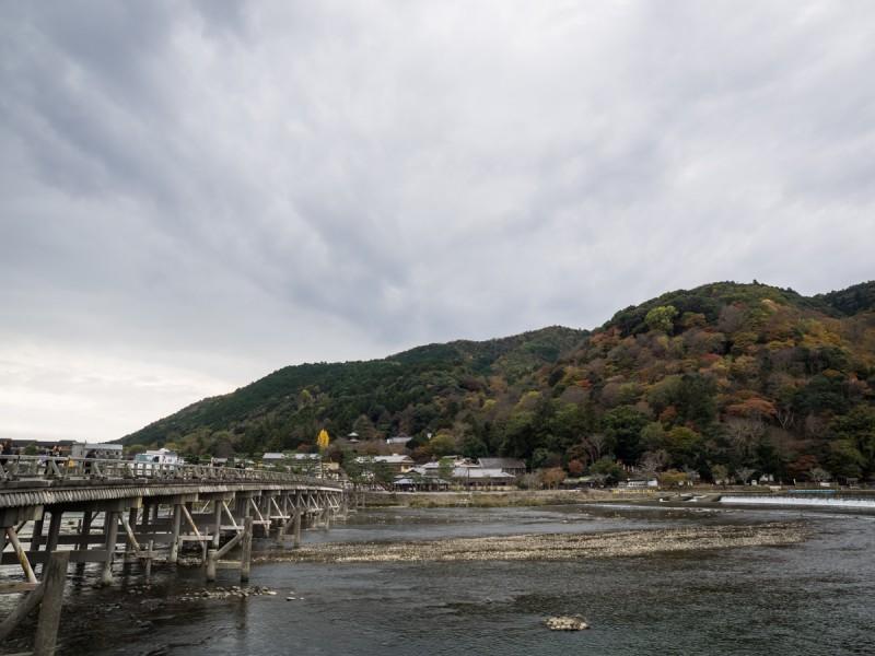 渡月橋と紅葉の時期の嵐山