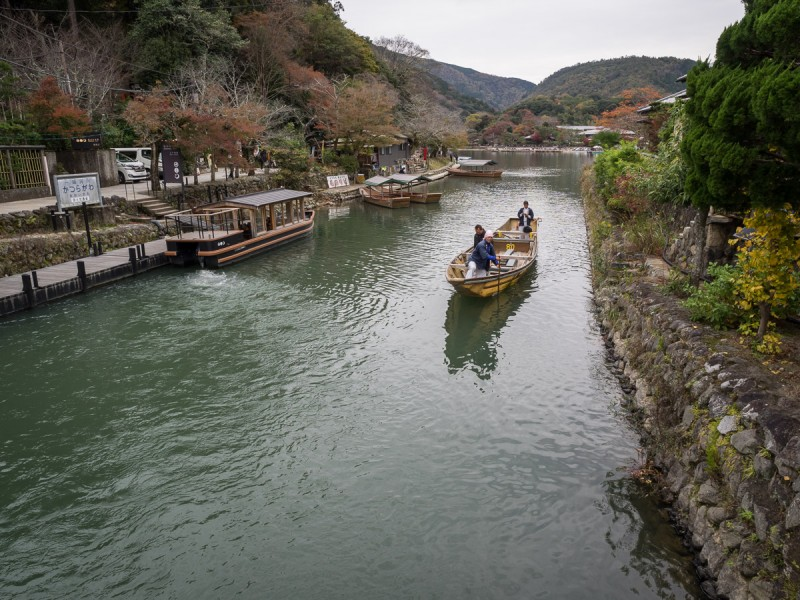 京都嵐山の桂川を渡る船