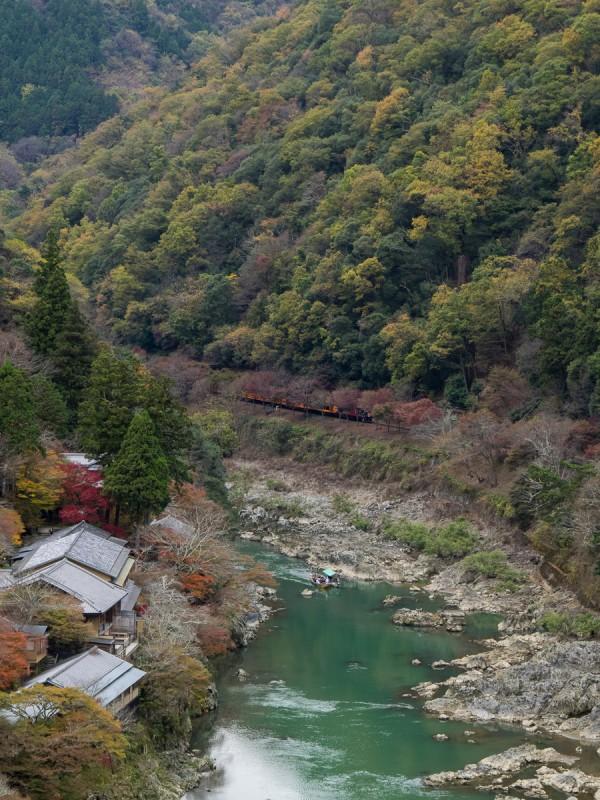 嵐山公演展望台から見る景色、桂川を渡る屋形船と嵐山を走るトロッコ列車
