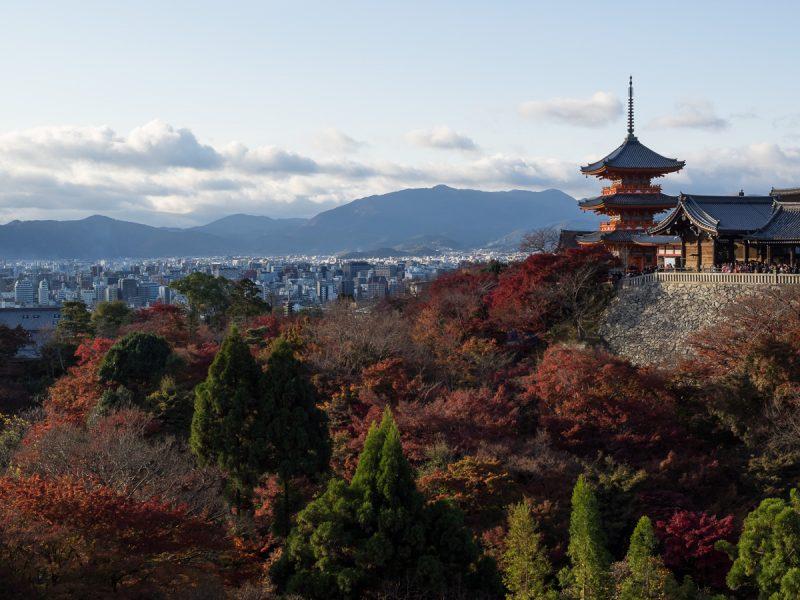 清水寺の三重塔とバックに広がる京の街並み