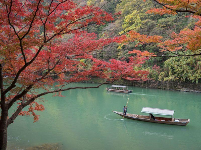 紅葉越しの保津川と船
